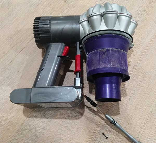 how to remove dyson replacement battery dc59