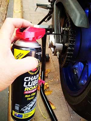 Cleaning and lubrication of Yamaha MT07 chain using a cheap paddock stand